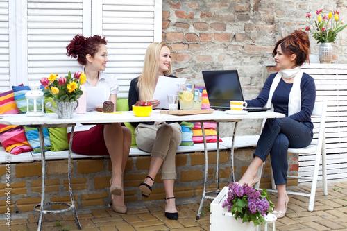 Trzy kobiety biznesu na przerwę kawy