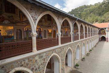 Galerie à arcade et dorures au monastère de Kykkos