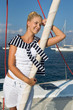 Weiblicher Segler genießt den Luxus auf einem Schiff