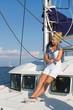 Traumreise am Boot - Frau auf einer Segelyacht