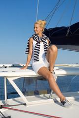 Traumurlaub am Meer - Frau beim Segeln, sitzend am Boot