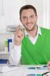 Lächelnder Geschäftsmann in Grün hat eine Lösung
