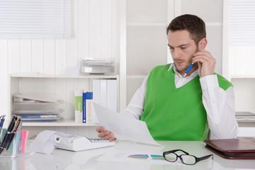 Mann sitzend im Büro analysiert die Kosten