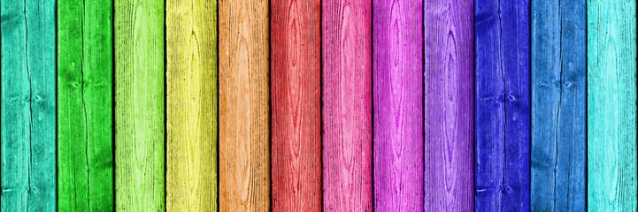 Regenbogenfarben auf Holz
