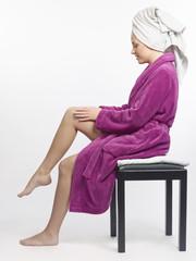 Frau pflegt ihre Beine