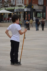 joven peregrino contemplando la catedral de burgos