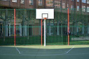 campo de baloncesto en la calle en verano