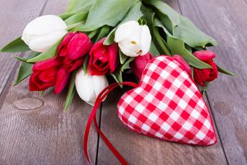 rot-weiß kariertes Herz mit Tulpen auf Holz