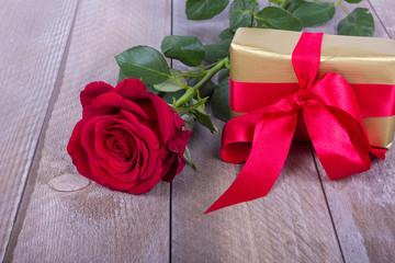 Geschenk mit roter Rose zum Muttertag