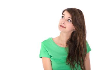 Junge brünette Frau isoliert blickt interessiert zur Seite