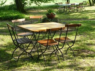 Tisch und Stühle im Sonnenlicht in der Senne bei Bielefeld