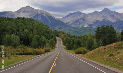 Aluminium Bergen Driving in the Rocky Mountains, USA
