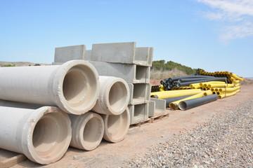 material de construccion en obra, tubos de piedra y plastico