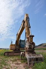 maquina excavadora amarilla con brazo y pinza articulado