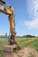 brazo articulado con pinza de una maquina excavadora