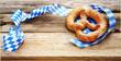 canvas print picture - Breze und weiß-blaue Schleife auf Biertisch