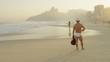 Замедленная съёмка мужчины на пляже