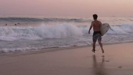 Замедленная съёмка сёрфингиста на берегу моря