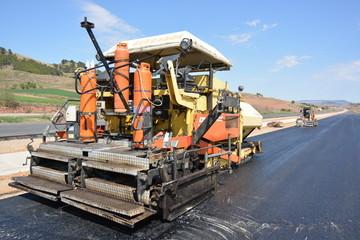 maquina con bombonas de gas para asfaltar carreteras