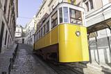 Zabytkowy, stary tramwaj z Lizbony