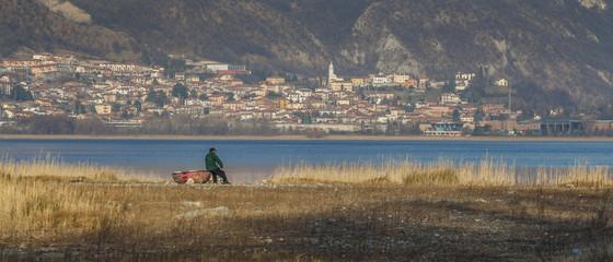 Pescatore in riva al lago