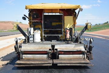 parte trasera de la maquina para asfaltar carreteras