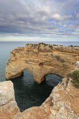 Amor esculpido na rocha em praia do Algarve