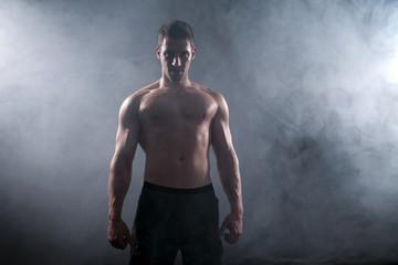 Durchtrainierter Bodybuilding Mann im Nebel
