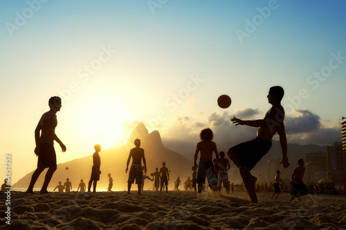 Keuken foto achterwand Zuid-Amerika land Sunset Silhouettes Playing Altinho Futebol Beach Football Brazil