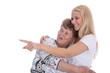 Junge Frau zeigt einer Seniorin etwas mit dem Zeigefinger