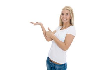 Weiblicher Teenager macht Werbung und zeigt mit den Händen