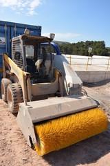 cepillo amarillo en maquinaria de construccion