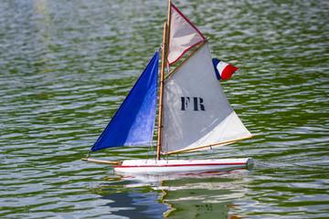 barca a vela in miniatura