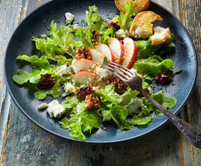 Fresh salad with pear, blue cheese and caramelized walnuts