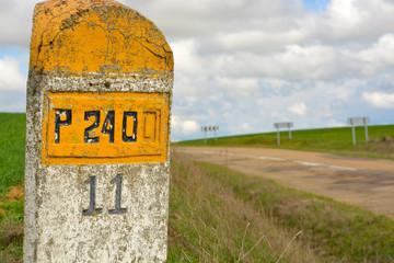 señal de trafico de piedra en carretera nacional