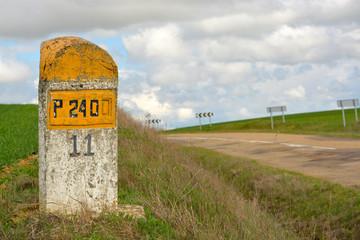 señal amarilla de piedra indicadora en carretera