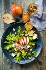 Fresh salad with pear, blue cheese and caramelized walnutsa
