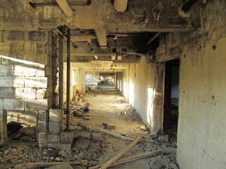 松尾鉱山跡の廃墟の廊下