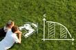 Leinwanddruck Bild - Pärchen in Wiese vor Haus planen Baufinanzierung
