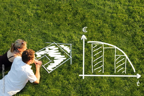 Leinwanddruck Bild Pärchen in Wiese vor Haus planen Baufinanzierung