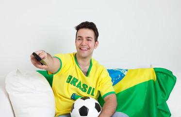 Brasilianischer Fussbal-Fan vor dem Fernseher