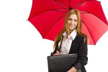 Hübsche junge Frau unter einem roten Schirm