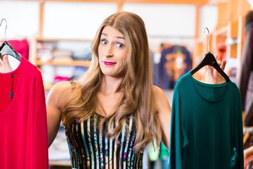 Frau beim Shopping im Laden