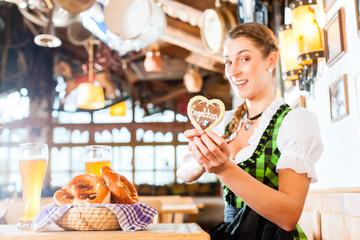 Frau im Bayrischen Restaurant