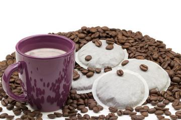 Kaffee mit Kaffeepads und gerösteten Bohnen