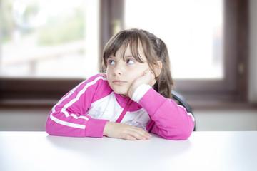 Bambina annoiata, arrabbiata, triste