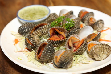 steamed blanched cockle clams with seafood dipping
