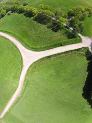 Luftbild mit Weg zwischen Feldern