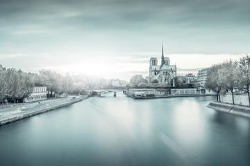 Cathédrale et fleuve gelé
