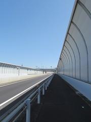 フェンスに覆われた道